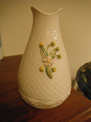 BELLEEK CREAM VASE W/YELLOW DAFFODILS SPRING BOUQUET GREEN VINES MUST SEE