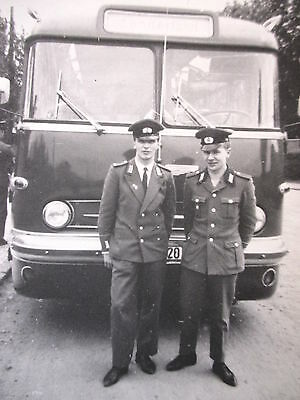 Orig Privat Foto ! stolze Soldaten DDR NVA in Uniform vor altem BUS Ikarus  !