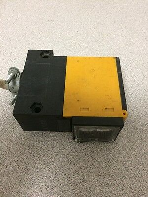 Omron E3B2-D2M4-US Photoelectric Switch 12-240VAC