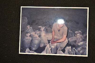 EARLY OPERATION IRAQI FREEDOM 1st ARMORED DIVISION PHOTO -SOLDIER FILLS SANDBAGS