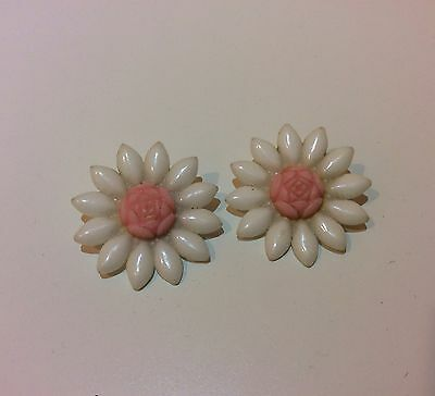Pretty Vintage Pair Of White Lucite Daisy Flower Summer Earrings Hula Party Clip