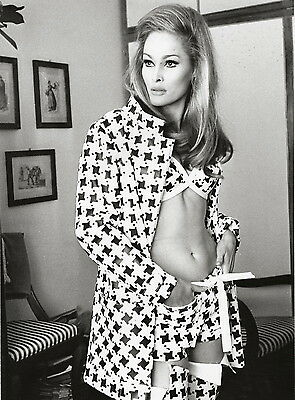 Ursula Andress models a chic outfit ~ ORIG press photo, ca 1970... bare midriff