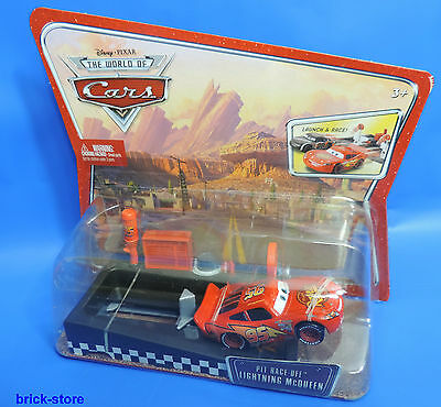(92) Disney The World of Cars Launch & Racer M1893 Pit Race -Off Lightning Queen