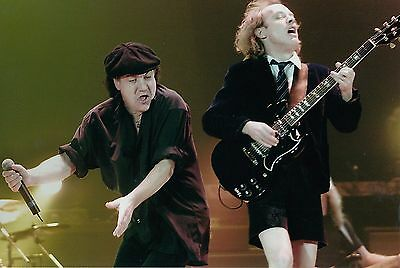 ANGUS YOUNG + BRIAN JOHNSON (AC/DC) - unsigniertes Grossfoto (3963)