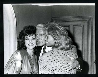 1986 Original Photo JOHN FORSYTHE Squeezes JOAN COLLINS & LINDA EVANS gp