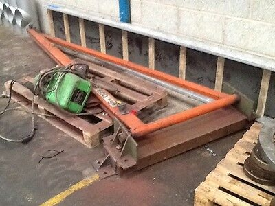 Swinging Lifting Beam And Hoist.