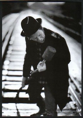 1999 Tom Waits on rail track JAPAN mag photo pinup mini poster / clipping  s9r