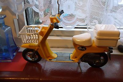VINTAGE 1970s SINDY SCOOTER GOOD CONDITION WITH BASKET NICE CONDITION