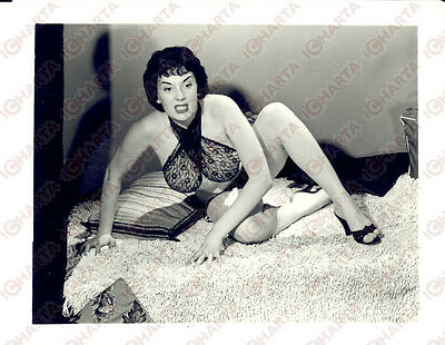 1965 ca EROTICA VINTAGE - USA Aggressive woman posing on the bed *PHOTO