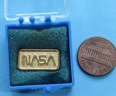 "NASA PIN vtg NASA LOGO - Gold-tone - .75"" - Protective Box!"