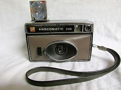 VINTAGE 1960s GAF ANSCOMATIC 236 CAMERA WITH CUBE