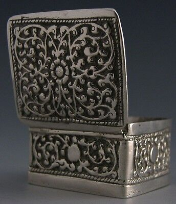 BEAUTIFUL ANGLO INDIAN SOLID SILVER EMBOSSED PILL BOX c1900 ANTIQUE