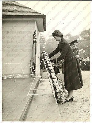 1953 ENGLEFIELD GREEN Air Forces Memorial - ELIZABETH II laying a garland *Photo