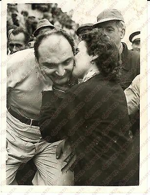 1954 SILVERSTONE British Grand Prix - Winner José GONZALEZ kissed by his wife