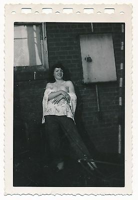 1950s Original Amateur Nude Snapshot Photo Girlfriend Flashes in an Alley vv