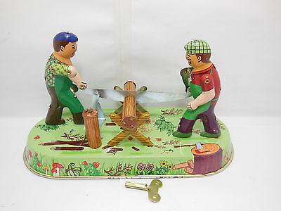 1X Collectable Tin Wind-Up Lumberjacks Sawing A Log