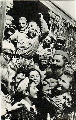 1985 Russian postcard SOLDIERS ARE RETURNING FROM THE WAR Happy men and women