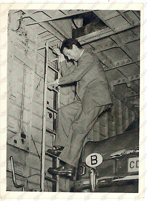 1953 FARNBOROUGH Peter TOWNSEND climbing down from the cabin of the aircraft