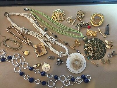 VINTAGE 22 PC LOT OF JEWELRY old new sweater clip necklace earrings pins charms