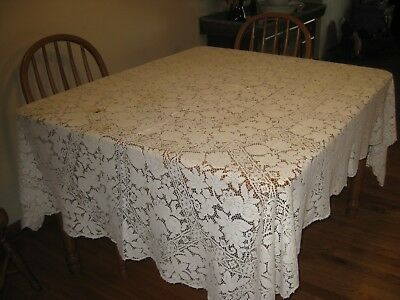"Beautiful vinage Quaker lace tablecloth 60""x 82"""