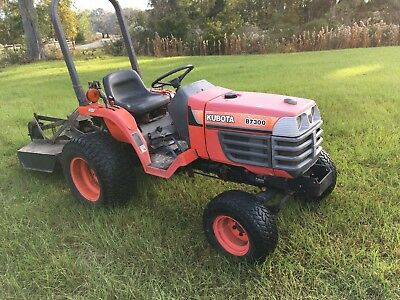 Kubota B7300 4 WD Utility Tractor only 800 hours with bush hog mower