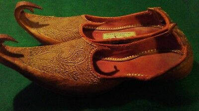 VINTAGE 1920-1940s INDIA PAKISTAN GOLD EMBROIDERED  CURL TOES LEATHER SHOES