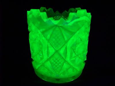 VASELINE GREEN URANIUM GLASS SAW TOOTH PATTERN TOOTHPICK HOLDER  (( id165699 ))