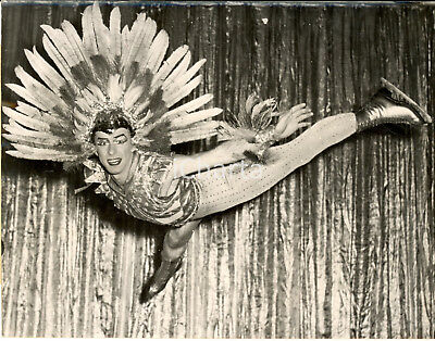 1953 ICE SKATING Canadian star Frankie SAWERS  in a butterfly-jump *Photo 20x15