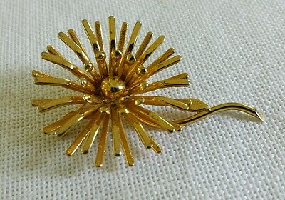 Vintage goldtone flower power pin brooch in Excellent condition