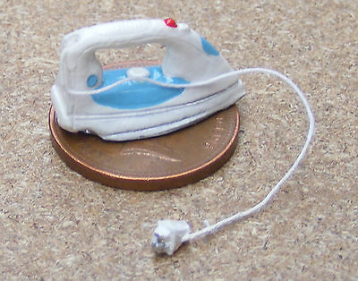 1:12 Scale Modern Steam Iron Kitchen Utility Laundry Room Dolls House Accessory