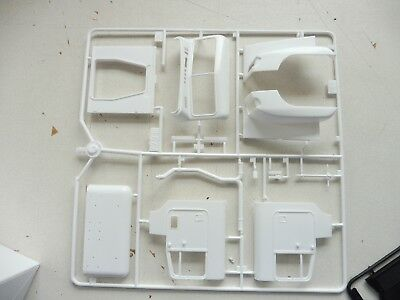 Italeri Freightliner Fld Cab And Hood Parts With Engine  1/24