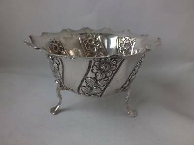 Pretty Embossed Antique Solid Sterling Silver Bowl 1902/ Dia 11 cm/ 91 g