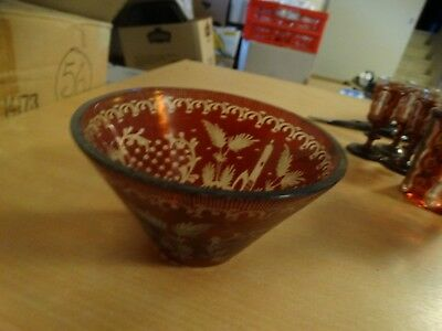 ancienne coupe au decor ouvrager   -  ton rouge ouvrager -