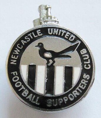 NEWCASTLE UNITED - Superb Supporters Club Enamel Football Pin Badge By Reeves