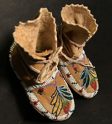 SIOUX SINEW SEWN STRAWBERRY PICTORIAL BEADED CHILD'S MOCCASINS, Excellent, c1900