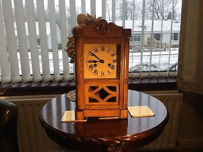 Clock. Vintage Wooden Oak Mantle Clock. Item 0204.