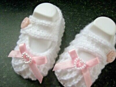 db2ff46fe64c CUTE PAIR HAND KNITTED BABY SHOES in WHITE with PINK BOW size NEW BORN (2