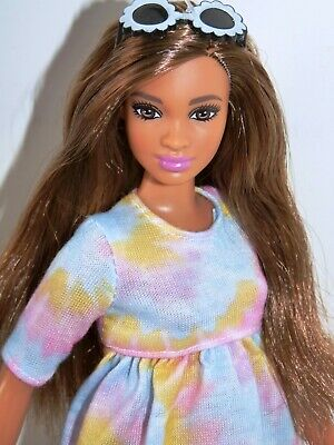 BARBIE FASHIONISTAS CURVY DOLL in ORIGINAL OUTFIT with GLASSES