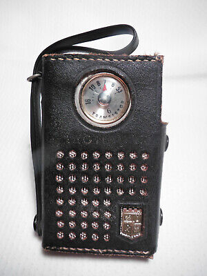 VINTAGE 1960s MAGNAVOX MODEL AM 60 TRANSISTOR RADIO WITH CARRYING CASE.