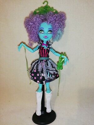 Monster High Honey Swamp Freak Du Chic. WAY MORE THAN A PUPPET ON A STRING!