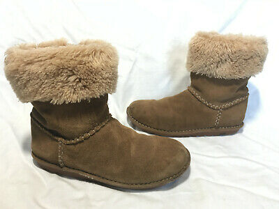 Clarks ~ Girls Tan Brown Suede Sheepskin Lined Cuff Flat Ankle Boots ~ Size 2.5G