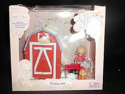 PRECIOUS MOMENTS® COUNTRY LANE ©2002 BARN PLAYSET NEW