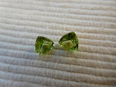 2 Peridots pierres gemmes fines verte taille facettes triangle  1,60 carat  V30
