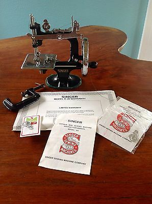 RARE VINTAGE SINGER K-20 TOY SEWING MACHINE SMALL CHILD MINI In BOX Hand Crank