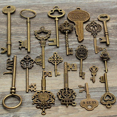 18 Assorted Antique Vintage VTG Old Look Skeleton Keys Bronze Steampunk Pendants