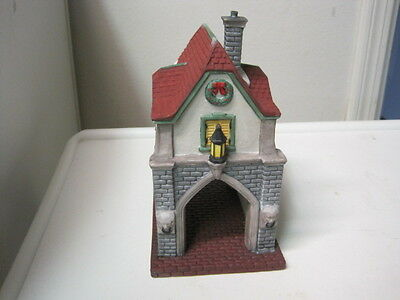 Dept 56 - Dickens Lot 4: Gate House + Holiday Coach +  2 Winter Oak Trees