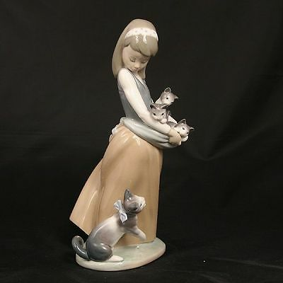 RETIRED LLADRO #1309 Following Her Cats
