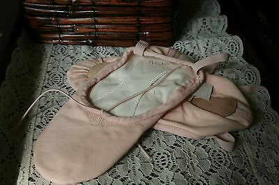 Capezio Ballet Slippers, New, Soft Pink Ladies Canvas Size 7 Med.