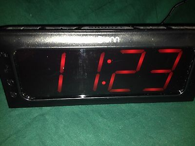 ONN AM/FM Clock Radio Alarm/Snooze  Model ONA15AV101 Dual Power.  Works!!!!