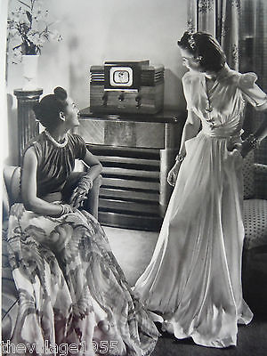 Postcard / 2 Ladies with evening gowns watching TV / 1940 / Lesbian Interest